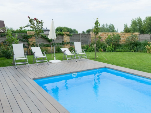outdoor-swimming-pool-private-residence-lawn-garden (1)