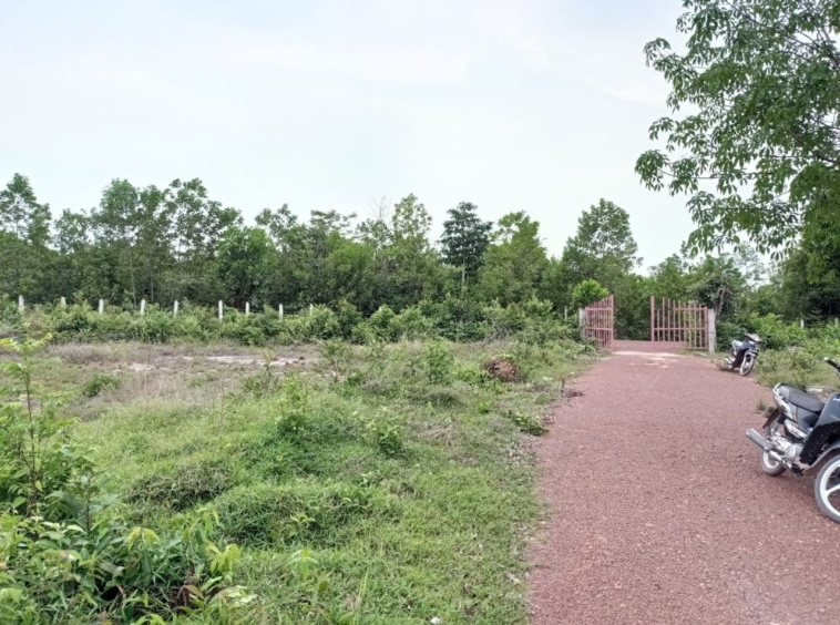 the road in front of the land for sale in Srae Ambel